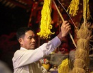 Người dân xin giò hoa tre cầu may ở đền thờ Thánh Gióng