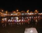Du khách chen chúc đò đêm vào Chùa Hương chờ khai hội