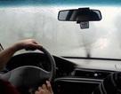Xử lý thế nào khi kính lái bị bám hơi nước?