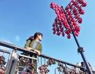 Đà Nẵng: Giới trẻ đổ xô đến cầu tình yêu nhân dịp lễ tình nhân 14/2