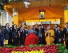 Người dân đội mưa đến dâng hương tại Hoàng thành Thăng Long