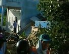 Đang lưu thông, xe tải bất ngờ tông sập mái nhà dân
