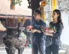 """Lễ tình nhân: Đông nghẹt người đi """"cầu duyên"""" ở ngôi chùa nổi tiếng Hà Nội"""