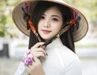 Thiếu nữ xinh đẹp đội nón lá khoe sắc với hoa ban
