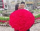 Chàng trai quỳ gối trên phố tặng 999 đóa hồng cho bạn gái ngày Valentine
