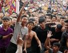 Trai làng vây kín đền phản đối dừng hội cướp phết