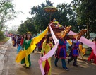 Nghìn người dân đội nắng dự lễ khai hội đền Vua Mai