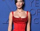 Bella Hadid đẹp như tượng với váy màu đỏ