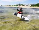 Du khách nước ngoài thích thú với trò lướt ván diều mùagió bấc