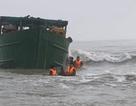 Tàu nạo vét luồng lạch bị sóng biển đánh mắc kẹt vào ghềnh đá