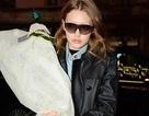 Gigi Hadid mang hoa tưởng nhớ Karl Lagerfeld