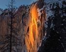 """Tuyết rơi dày không ngăn nổi dòng người đổ xô tới xem """"Thác lửa"""""""