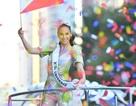 Fans chào đón tân hoa hậu hoàn vũ khi cô trở về nhà