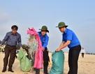 Chủ tịch UBND tỉnh Thừa Thiên Huế nhặt rác làm sạch biển