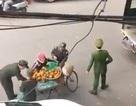 """Hà Nội: Công an nói gì về clip """"chọn từng quả cam"""" của người bán hàng rong?"""