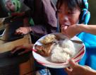 Con trai 13 tuổi chơi game 48 giờ không nghỉ, mẹ đứng cạnh bón cho ăn