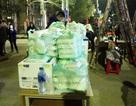 Phát cơm hộp, nước uống miễn phí cho phóng viên tác nghiệp ở ga Đồng Đăng