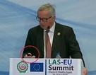Chủ tịch EU đột ngột dừng phát biểu để nghe điện thoại của vợ