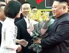 Điều chưa biết về nữ sinh mặc áo dài trắng tặng hoa ông Kim Jong Un