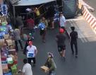 Người dân giúp tài xế gom hàng trăm thùng nước khi xe tải lật