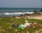 Bãi Rạn Nam Ô hút khách du lịch ở Đà Nẵng tràn ngập rác