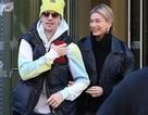 Vợ chồng Justin Bieber và Hailey Baldwin hạnh phúc nắm tay nhau dạo phố