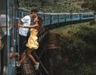 Cặp đôi bị chỉ trích khi đu người ra ngoài tàu hỏa để... kiếm ảnh triệu like