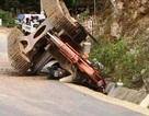 Máy xúc từ thùng xe tải rơi xuống đè chết người đi đường
