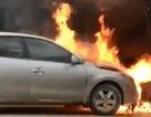 Hàng chục người dân kéo chiếc ô tô cháy ra khỏi nhà