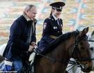 """Tổng thống Putin cưỡi ngựa cùng các """"bông hồng thép"""" nước Nga"""