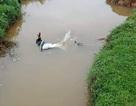 Nam thanh niên tử vongcạnh xe máy dưới mương nước