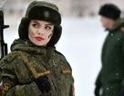"""Vẻ đẹp trong màu áo lính của những """"bông hồng thép"""" nước Nga"""