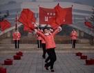 """Những """"bóng hồng"""" múa cờ đỏ tại Triều Tiên"""