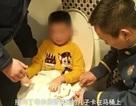 Mải chơi game trên điện thoại, cậu bé 6 tuổi bị mắc kẹt vào bồn cầu