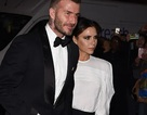 """Victoria Beckham """"sang chảnh"""" sánh đôi chồng"""
