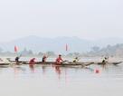 Gần 100 tay chèo sôi nổi tham gia đua thuyền độc mộc trên hồ Lắk