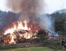 Hai ngôi nhà gỗ 5 gian bị lửa thiêu rụi hoàn toàn