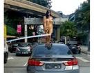 Du khách chuyển giới gây náo loạn khi khỏa thân nhảy múa trên đường phố