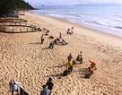 Nhóm du khách Canada kêu gọi người dân dọn rác ở biển Quy Hòa