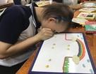 Cảm động nhìn học sinh khiếm thị thi vẽ tranh