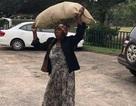 Tỷ phú giàu nhất Zimbabwe tặng nhà, ngàn USD cho bà lão làm việc thiện