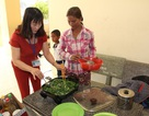 Thầy cô vùng cao góp gạo, nấu cơm ngay tại trường cho học sinh nhà xa