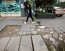 Vỉa hè lát đá trăm tỷ tại Hà Nội bong tróc hàng loạt sau 2 năm
