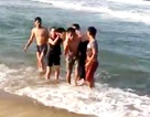 Ba học sinh đuối nước khi tắm biển, một em tử vong