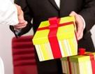 Quà tặng quan chức sai quy định: Có thể bán công khai?