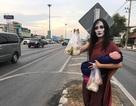 """""""Ma nữ"""" bán thịt nướng bên lề đường"""