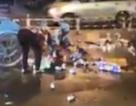 """Hàng chục người xúm vào """"hôi bia"""" giữa trung tâm Sài Gòn"""