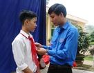 """Trao tặng huy hiệu """"Tuổi trẻ dũng cảm"""" đến nam sinh lớp 9 cứu 3 học sinh khỏi đuối nước"""