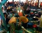 Tàu câu mực va vào đá ngầm, 5 ngư dân bị thương