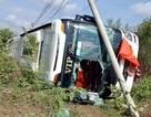 Xe giường nằm lật ngang, người dân đập vỡ kính chắn gió để cứu hành khách